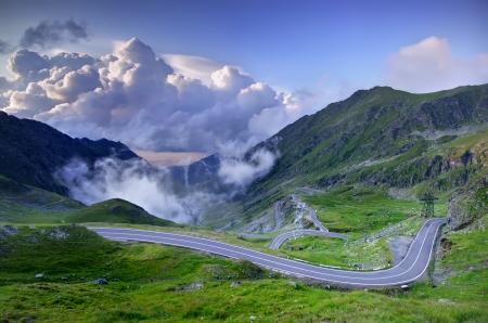 carretera de montaña con las nubes, los Cárpatos rumanos, Transfagarasan