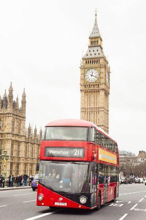 Londres, Reino Unido - 22 de febrero de 2017: autobús rojo de Londres y el Big Ben de fondo. Ciudad de londres, reino unido