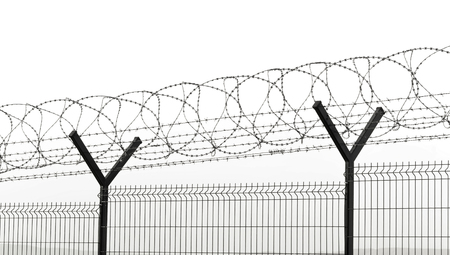 barbelés et clôture pour la sécurité à l'aéroport ou à la prison