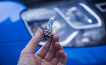 Mann Hand Glühbirne am Autoscheinwerfer wechseln Standard-Bild