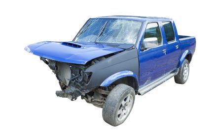 Coche destrozado azul después del accidente aislado en blanco