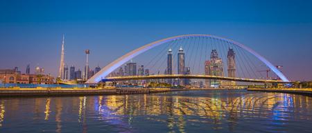 Horizonte de la ciudad de Dubai por la noche. vista del puente Tolerance Foto de archivo