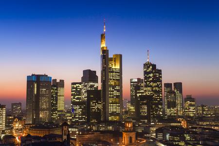 Paisaje urbano de la ciudad de Frankfurt am Main al atardecer