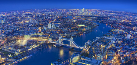 ampia vista della città di Londra in una bella notte. ripresa aerea Archivio Fotografico