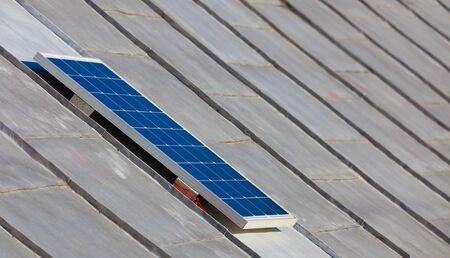 Solar-Photovoltaik-Panel auf dem alten Haus