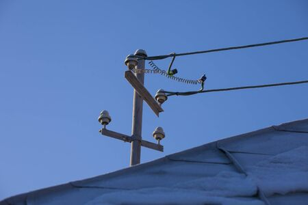 power electricity pole on old house roof Banque d'images - 137891215