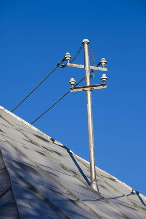 power electricity pole on old house roof Banque d'images - 137891139