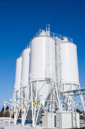 calcium carbonate: Trasporto pneumatico calcare in polvere per silos Editoriali