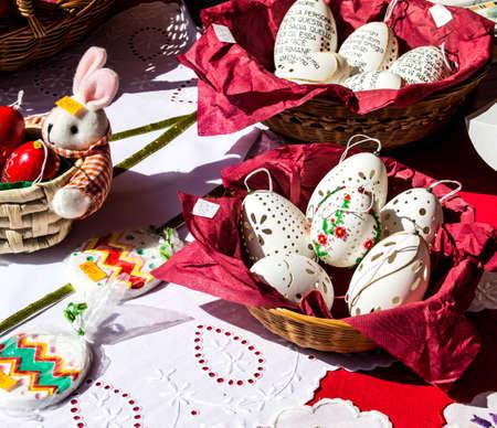 Serviette: Tallada huevos de gallina en una cesta con una servilleta roja