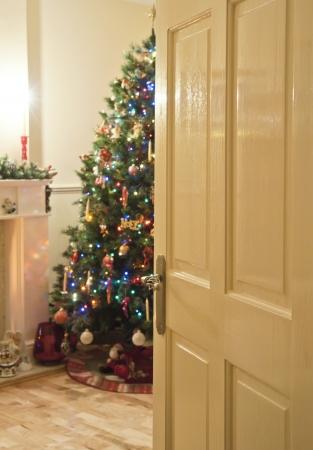 フォーカスのクリスマス ツリーの外で戸口を探してください。