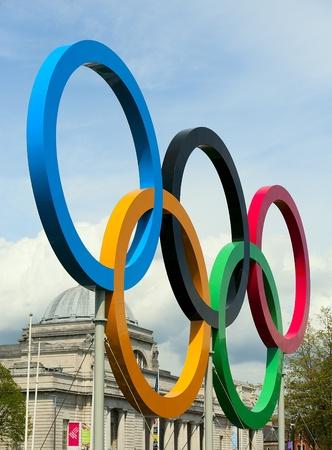 カーディフ、ウェールズ英国-5 06 2012年: オリンピック リング カーディフ市庁舎の外は、3 番目の 2012 年のオリンピック、2012 年 5 月 6 日カーディフ