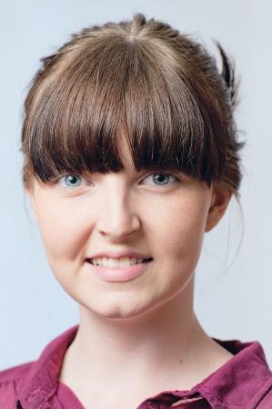 cabelo amarrado: Rapariga morena com o cabelo preso
