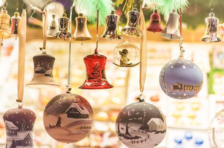 鐘とつまらないものをぶら下げてクリスマス シーン