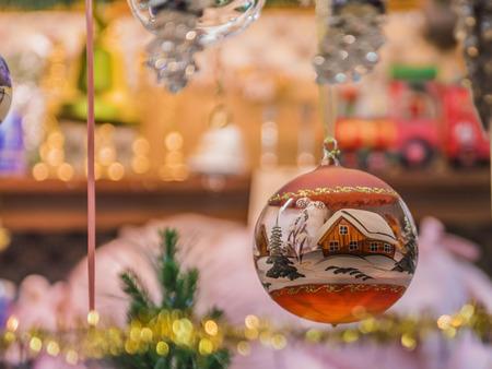クリスマス シーンに安物の宝石をぶら下げ