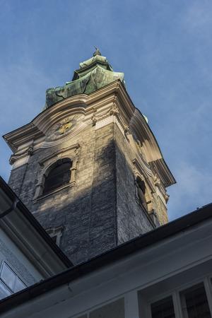 ザルツブルクの時計塔を見上げてください。