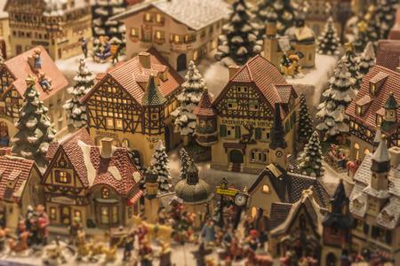 クリスマス マーケットでミニチュア オーストリア村クリスマス シーン 写真素材