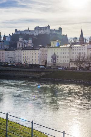 ザルツブルク城川ザルツァッハ川を眺めてください。 報道画像