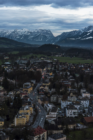 オーストリア アルプスを見て夕暮れ時にザルツブルク 写真素材