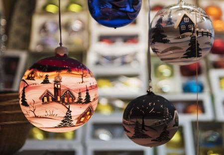 お祝いのつまらないものをぶら下げのクリスマス シーン