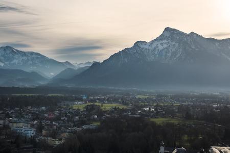 オーストリア アルプスのアウトを見て夕日のどかな景色
