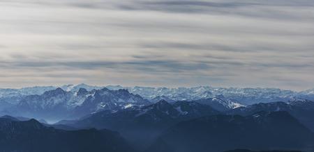 オーストリアのアルプスの牧歌的な眺め