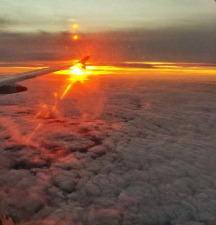 夕焼け雲の上の飛行
