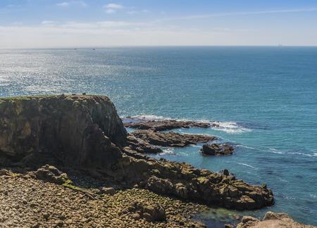晴れた日に海にアウトを探して素晴らしい崖の上