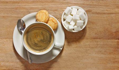 galletas: tiro rústico de café de filtro y las galletas en la mesa de