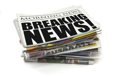 periodicos: rompiendo el titular de la noticia en un simulacro de peri�dico  Foto de archivo
