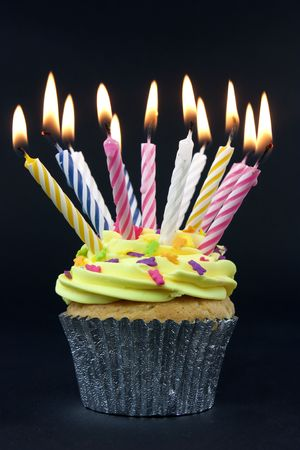 geburtstagskerzen: Cupcake auf Schwarz mit vielen Kerzen auf Schwarz Lizenzfreie Bilder