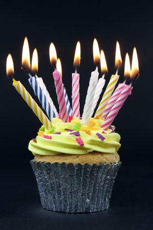velas de cumplea�os: Cupcake sobre negro con muchas de las velas sobre negro Foto de archivo
