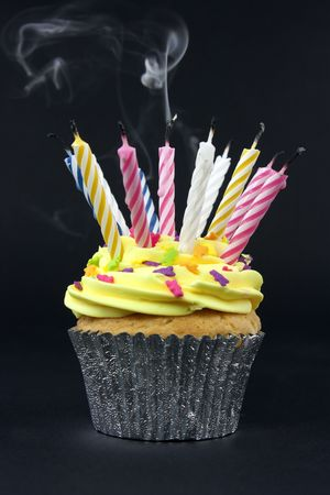 blow: Cupcake sul nero con un sacco di candele sul nero