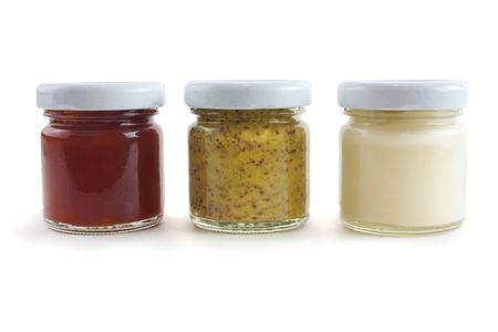 mahonesa: Jarras de salsas, incluyendo la salsa de tomate, mostaza y mayo