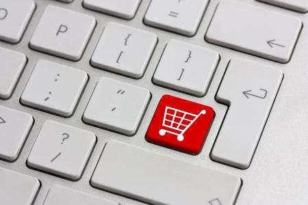 icon shopping cart: rot retail-Einkaufswagen-Symbolschaltfl�che auf einer Tastatur