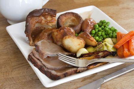 asados: el domingo asado cena en una tabla de madera vieja  Foto de archivo