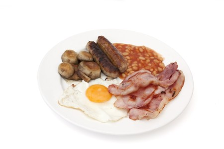 bacon baked beans: Cooked breakfast isolated against a white background