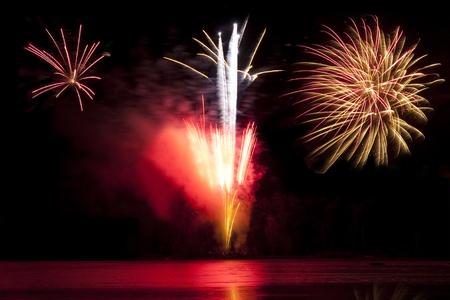 guy fawkes night: fuegos artificiales explotando sobre un lago en invierno