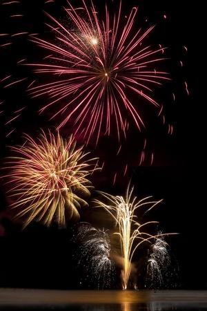 guy fawkes night: r�fagas de fuegos artificiales en el cielo nocturno sobre un lago helado Foto de archivo