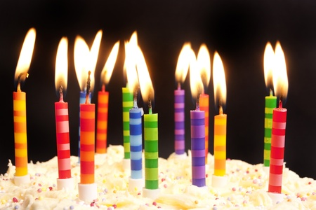 pastel de cumplea�os: Tarta de cumplea�os feliz dispar� sobre un fondo negro con velas