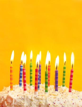 geburtstagskerzen: Happy Birthday Cake erschossen auf gelbem Grund, Kerzen und viel Platz Lizenzfreie Bilder
