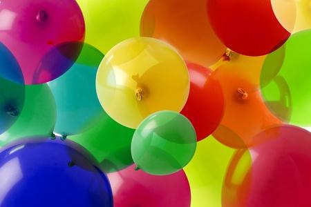 globos de cumplea�os: muchos globos de colores formando una imagen de papel tapiz de fondo claro Foto de archivo