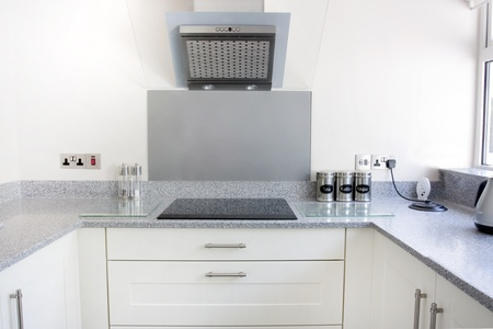 bianca nuova cucina moderna con piano cottura ed extractor fan