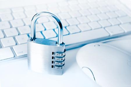 analog�a: idea de equipo y seguridad en l�nea con teclado y candado Foto de archivo