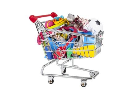 futbol infantil: la compra lleno de cosas de fiesta como trajes de ba�o, cubetas, palas, juguetes carro. Foto de archivo