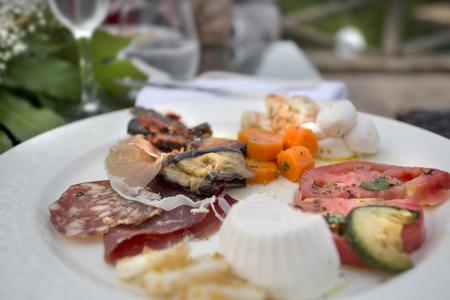 carnes y verduras: arranque t�pica italiana de una selecci�n de verduras, carnes y mariscos Foto de archivo
