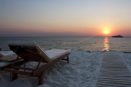 super yacht: super-yacht ormeggiato in un isola greca baia al tramonto