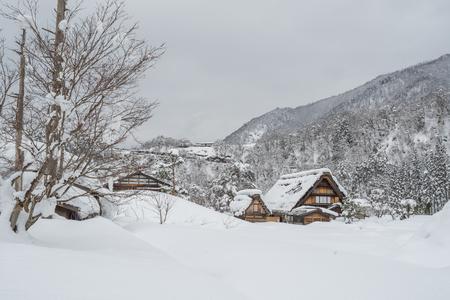 일본의 시라카와 고 (Shirakawago)에있는 고대 마을은 유네스코 세계 문화 유산이다. 관광 명소로 유명합니다. 스톡 콘텐츠