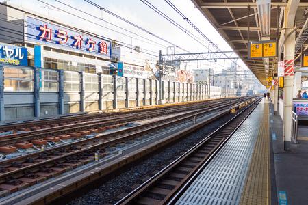 日本: 東京 12 月 15 日 8: 2015 年 12 月 8 日に多くの人が日本の駅で待っている列車