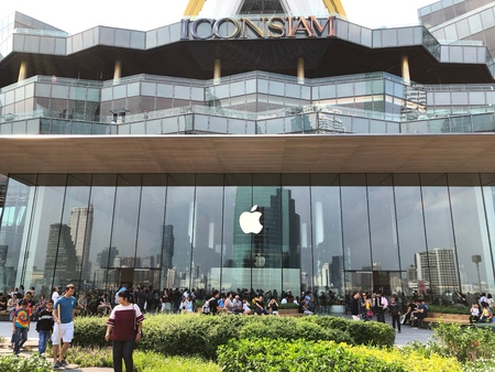 BANGKOK THAILAND -  24 NOV 2018: Many people are visiting the new Apple store at Iconsiam, The Apple store was opened in Iconsiam shopping mall and the first apple store branch in Thailand Redakční