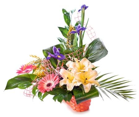 흰색 배경 위에 절연 바구니에 밝은 꽃 꽃다발 스톡 콘텐츠